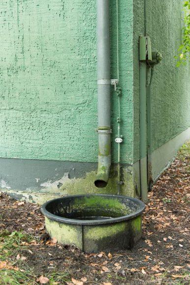 Eine gute Idee - Das Regenwasser für die Bewässerung angrenzender Beete aufzufangen.